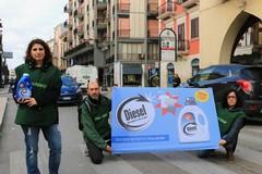 «Le auto diesel provocano danni all'ambiente», il flashmob di Greenpeace