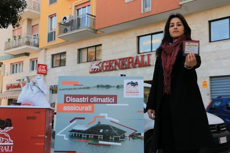 I volontari di Greenpeace: «Generali assicura i disastri climatici»