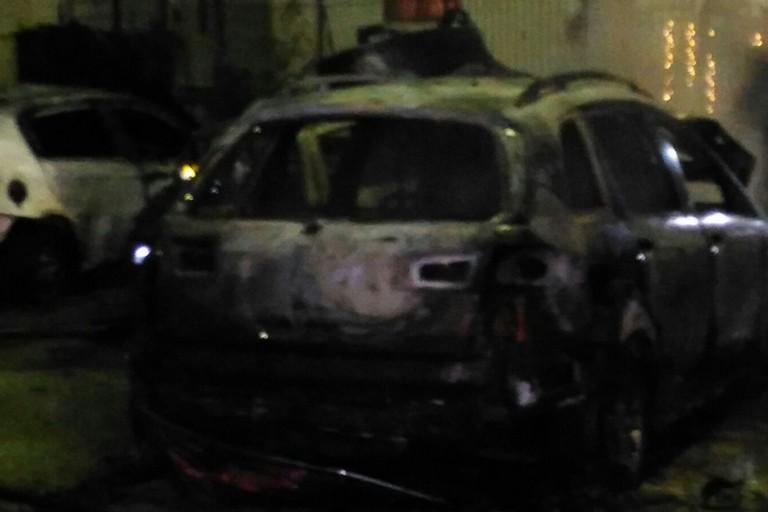 Incendio nella notte, tra le auto a fuoco anche quella del Sindaco