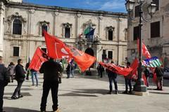 Lavoratori agricoli esclusi dai ristori, mobilitazione davanti alla Prefettura