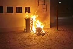 In fiamme bidone carrellato dei rifiuti vicino Palazzo di Città