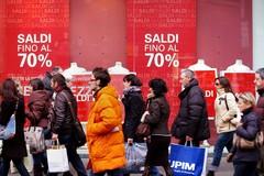 Saldi, posticipata la chiusura «per sostenere la ripresa del commercio»