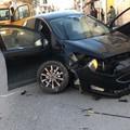 Incidente rocambolesco fra auto e bilico in pieno centro cittadino